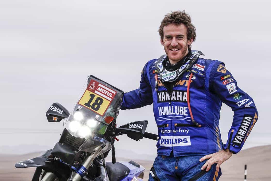 Xavier de Soultrait à côté de sa moto ( Martin Carrere )